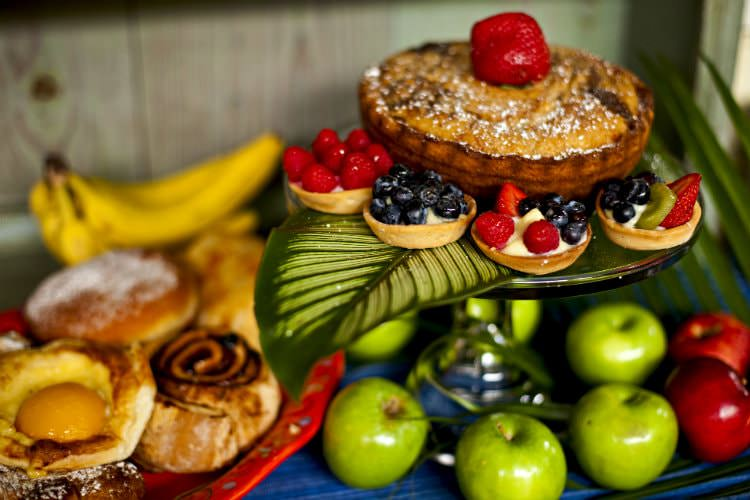 Breakfast pastries with green and red apples all displayed on platter